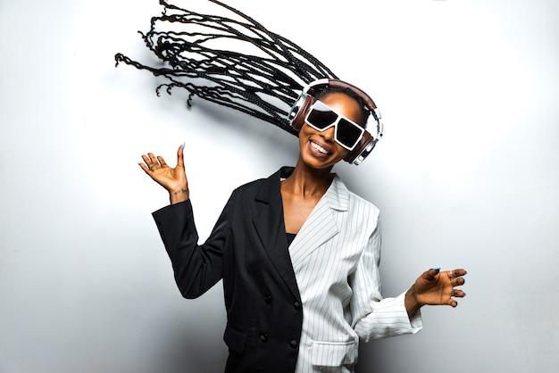 아프리카 땋은 머리와 세련된 옷을 입은 아름다운 아프리카계 미국인 여성