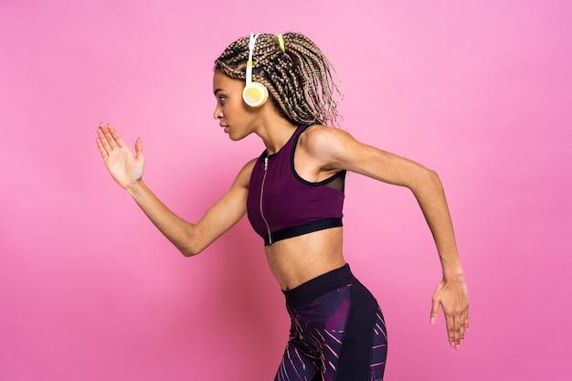 스포츠 연습을 하 고 컬러 벽에 땋은 초상화와 아름 다운 afroamerican 여자