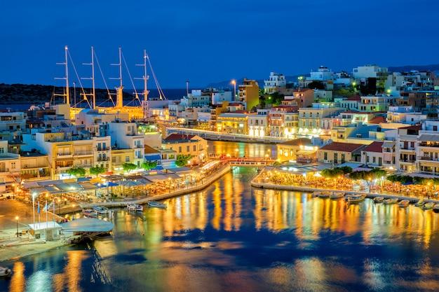 Красивый город агиос николаос на озере вулисмени ночью. лассити регион острова крит, греция