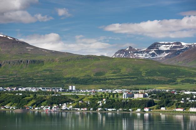 夏のアイスランドの美しいアークレイリ市
