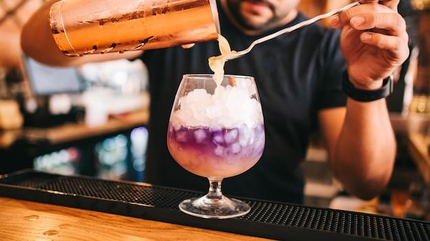 パーティー、バー、グラスに入ったウォッカでの美しいアルコールカクテル