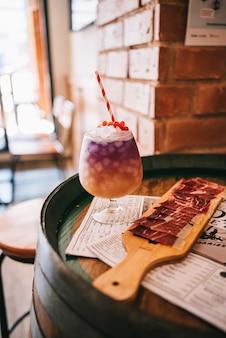 スペインのハムと木製の樽で美しいアルコールカクテル