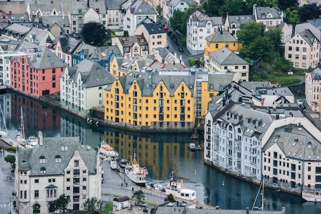 Красивый город олесунн в норвегии