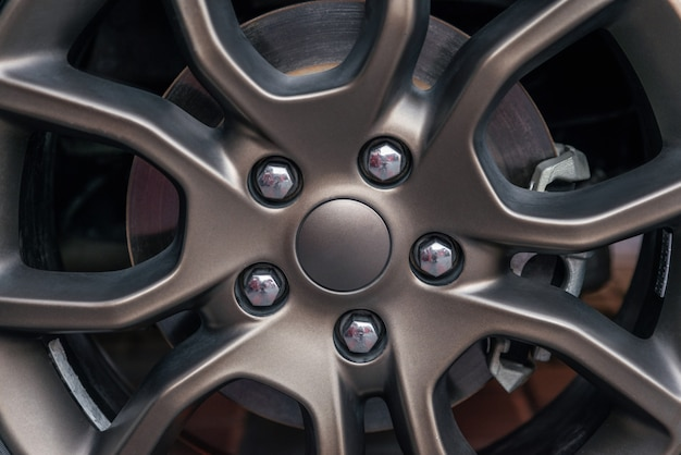 아름다운 합금 휠은 금속성 타이어 림과 디스크 브레이크 디테일링 시리즈를 닫습니다.