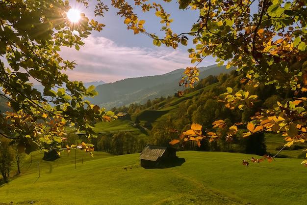 スイスの美しい高山の風景、秋の晴れた日。
