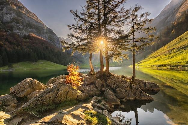 Красивый альпийский пейзаж с озером на закате в швейцарии, осень.