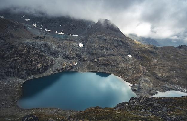 雪と湖に覆われた美しいアルプス