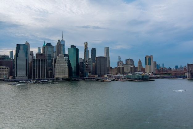 高層ビルとニューヨーク市マンハッタンのスカイラインのパノラマの空撮の美しいアメリカ