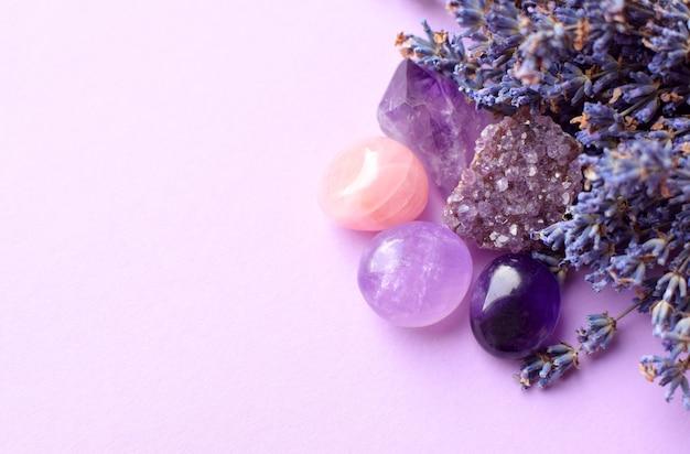 아름다운 자수정 크리스탈과 둥근 장미 석영석, 드라이 라벤더 부케. 마법의 부적. 복사 공간