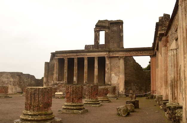 기둥 유적이 있는 아름다운 고대 건물