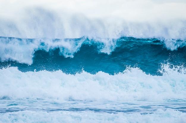 美しくて大きな青と緑の波が砕ける-太平洋または大西洋-青い海とサーフィンに最適な場所