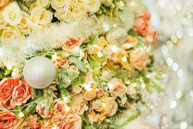 バラと美しく明るいクリスマスツリー