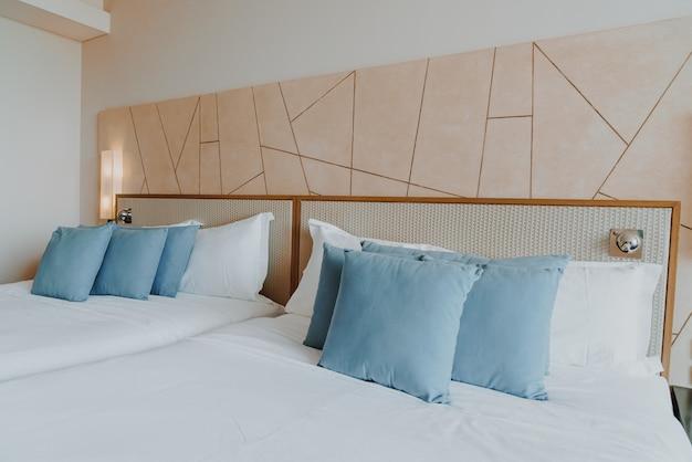 Красивая и удобная подушка в интерьере спальни