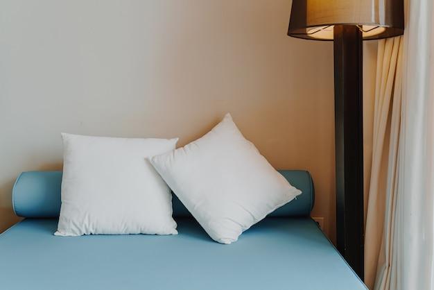 寝室のインテリアの美しく快適な枕の装飾