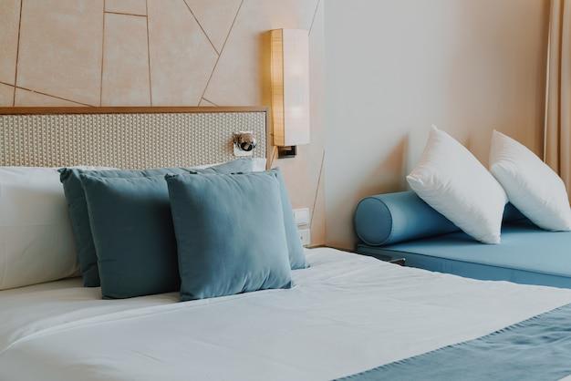 침실 인테리어의 아름답고 편안한 베개 장식