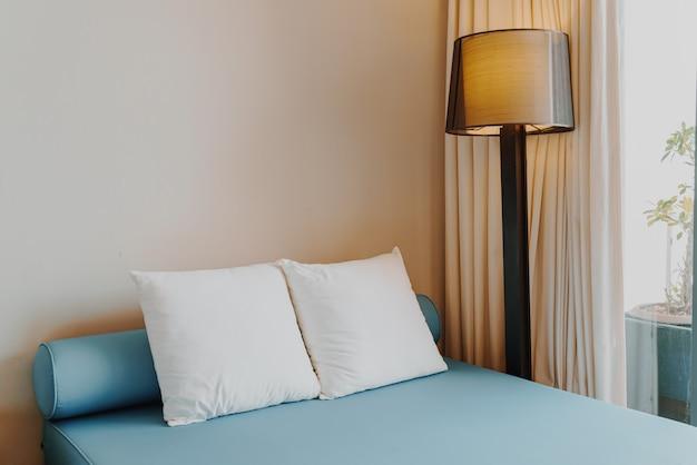 寝室の美しく、快適な枕の装飾