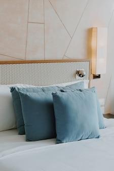 침실에서 아름답고 편안한 베개 장식
