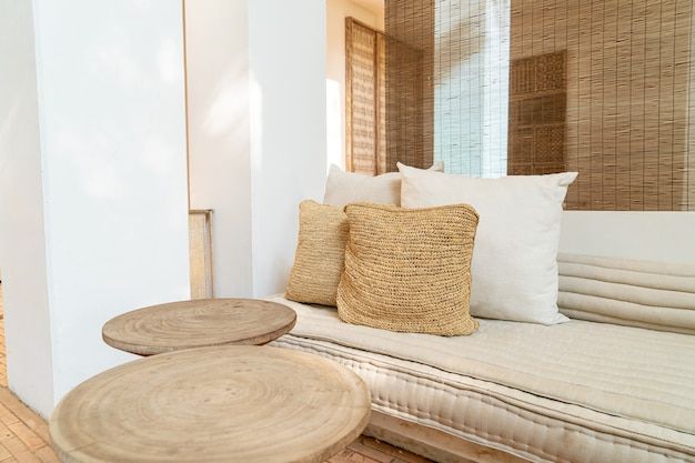 Красивые и удобные подушки украшают диван