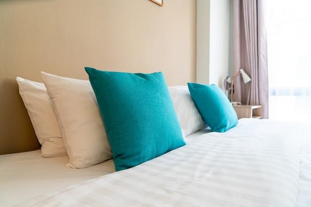 침실의 침대에 아름답고 편안한 베개 장식