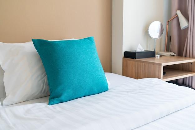 Красивое и удобное украшение подушек на кровати в спальне