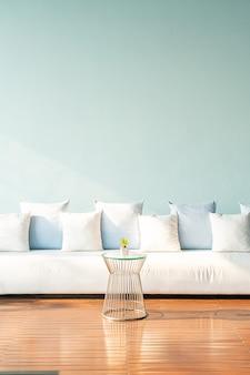 Красивое и удобное украшение подушек на диване
