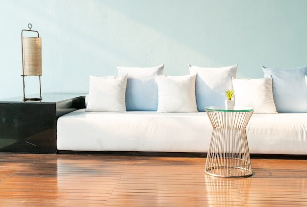 Красивые и удобные подушки на диване