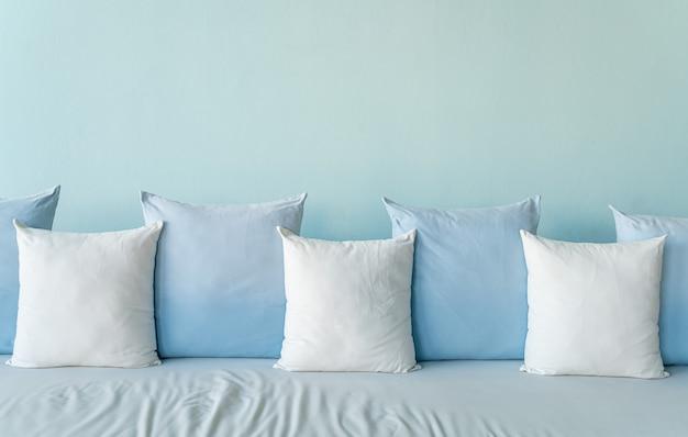 소파에 아름답고 편안한 베개