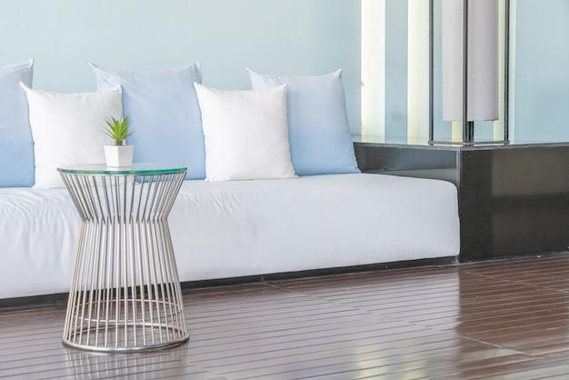 Красивые и удобные подушки на диване Premium Фотографии