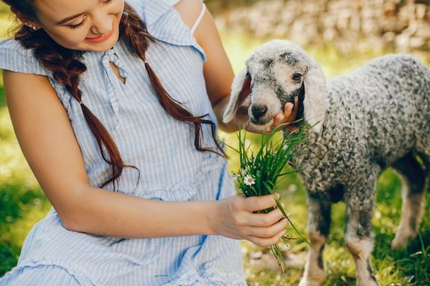 美しいヘアスタイルとメイクアップで青いドレスの美しくてかわいい女の子