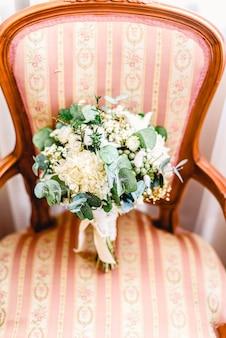 エレガントな椅子にのせて、ドライフラワーで構成された美しく繊細なブライダルブーケ。