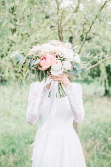 Красивый и нежный свадебный букет в руках невесты