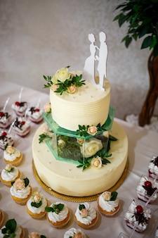 お祝いの日に美しくておいしいケーキ