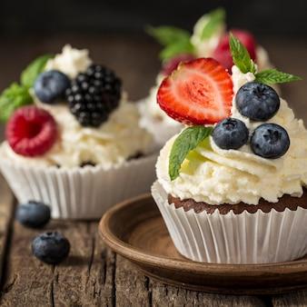 Красивый и вкусный десерт, вид спереди