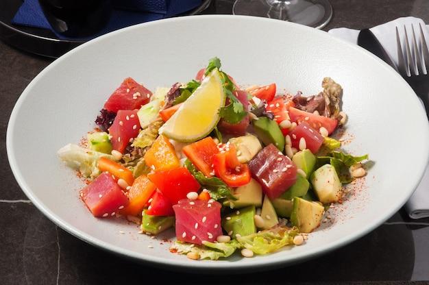 Красивый и вкусный поке с тунцом organic food