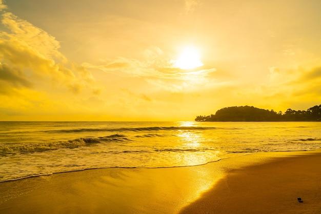 Красивый и пустой пляж на море во время восхода или заката