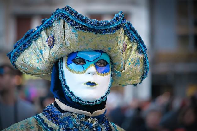 ヴェネツィアカーニバルでのエレガントで壮大なデザインの美しく幻想的なマスクと衣装