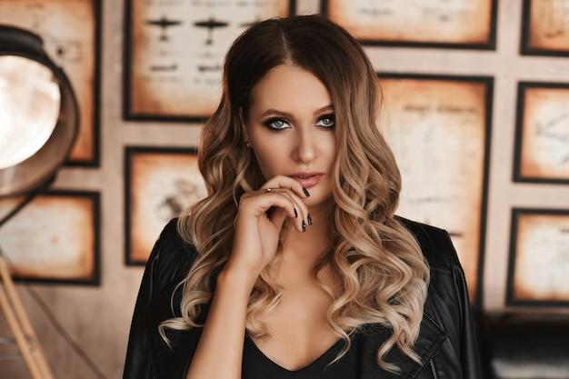 Красивая и модная блондинка модель женщина с голубыми глазами и с ярким макияжем