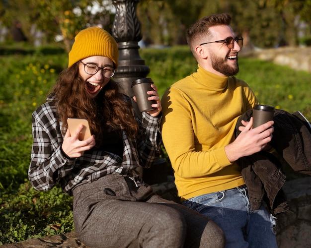 Красивые и счастливые друзья в парке