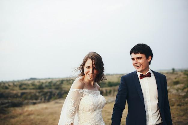 美しくて幸せな新郎新婦と一緒に歩く花嫁
