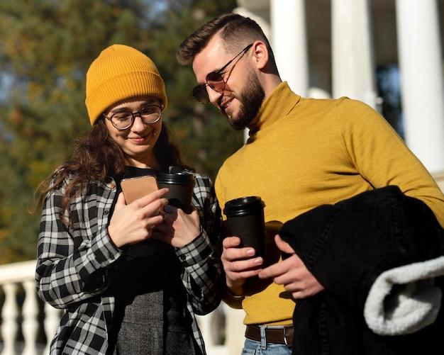 Красивый и счастливый мужчина и женщина в парке
