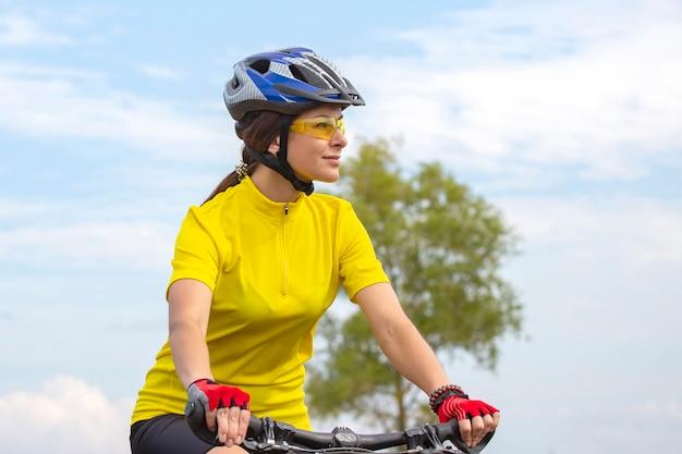 아름 답 고 행복 한 여자 사이클 자연 속에서도 자전거를 타고. 건강한 라이프 스타일과 스포츠. 여가와 취미