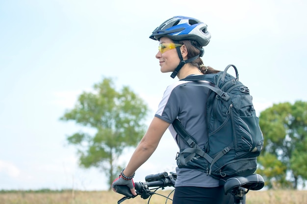 자연에 자전거와 함께 아름 답 고 행복 한 여자 사이클. 건강한 라이프 스타일과 스포츠. 여가와 취미