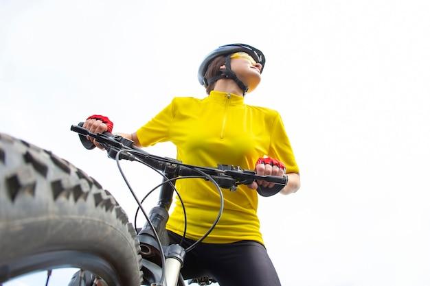 자연에 자전거와 함께 아름 답 고 행복 한 여자 사이클. 건강한 라이프 스타일과 스포츠.