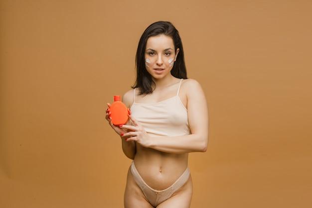 로션, 젊고 맞는 몸이 속옷에 포즈를 취하는 아름답고 건강한 소녀