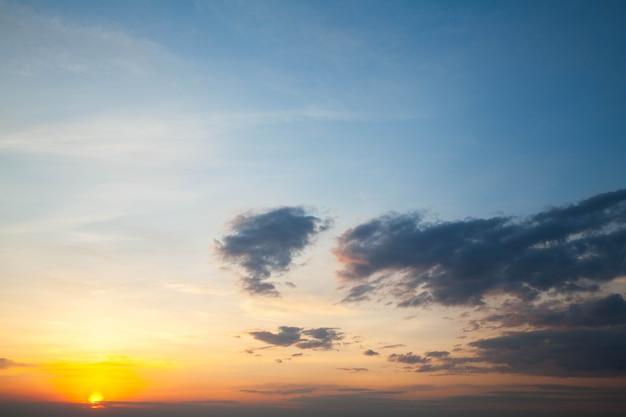 タイ北部の山々の風景の中の美しくて天国の日の出