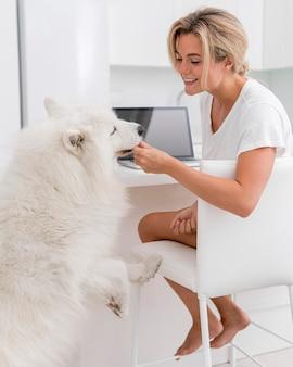 아름답고 사랑스러운 강아지와 여자