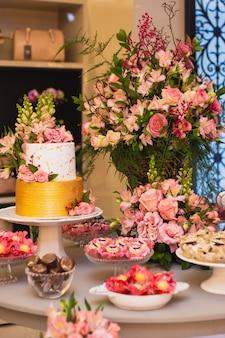 Красивый и роскошный свадебный торт и стол со сладостями