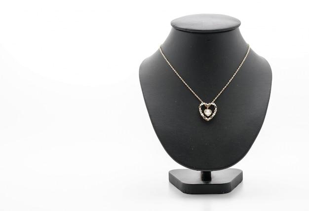 Красивое и роскошное ожерелье на шее
