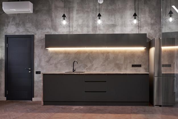 Красивый и современный дизайн интерьера кухни в новом доме.