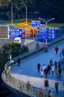 美しいオフィスの高層ビル、浦東、上海、中国の都市の建物。